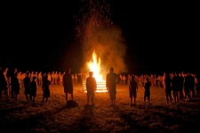 Páteční večer účastníci Lobinova závodu vytvořili kruh okolo zahajovacího slavnostního ohně
